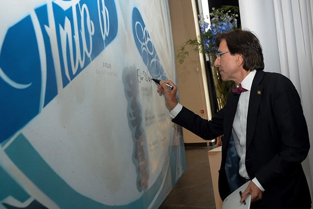Signed by Elio di Rupo - Live action painting by Babenko Belgium